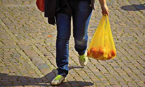 Como dobrar sacolas plásticas