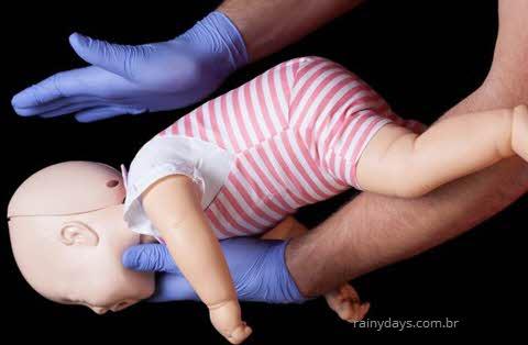 Como socorrer criança engasgada, o que fazer, bebê