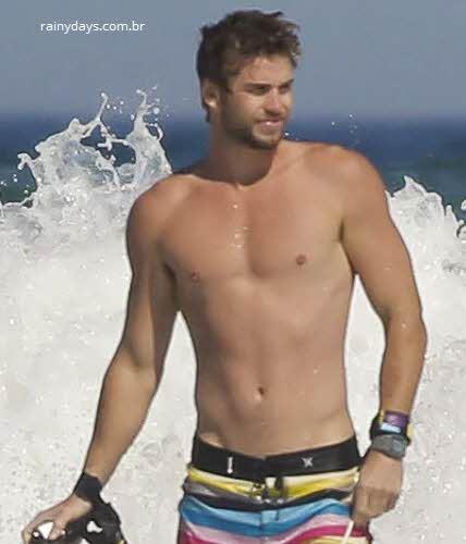 Liam Hemsworth ator sexy sem camisa na praia
