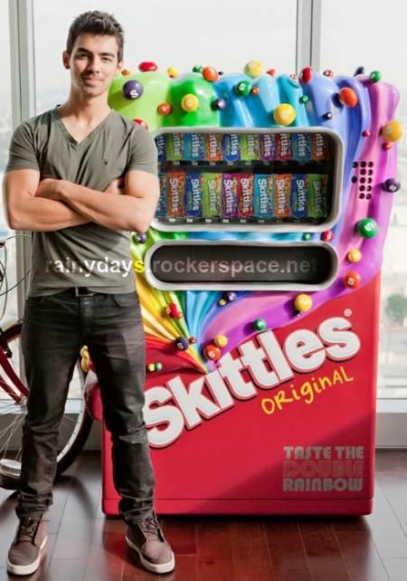 joe jonas ganha máquina da Skittles