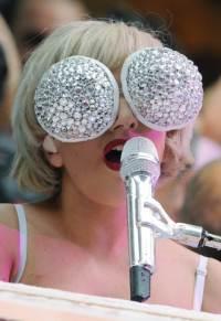 a moda extravagante da lady gaga em 2010 2