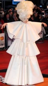 a moda extravagante da lady gaga em 2010 3