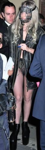 a moda extravagante da lady gaga em 2010 6