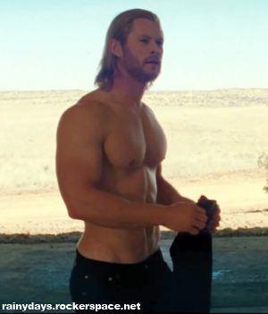 Chris Hemsworth sem camisa em Thor