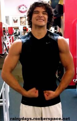 Tyler Posey mostra músculos na academia