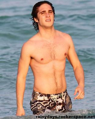 Diego Boneta sem camisa na praia