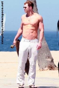 Kellan Lutz sarado sem camisa em Venice