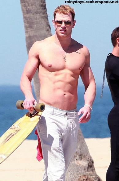 Kellan Lutz sem camisa em Venice Beach