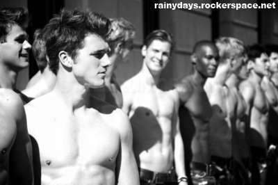 modelos sem camisa na Abercrombie Fitch Paris