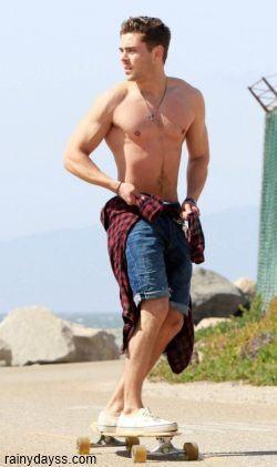 Zac Efron Andando de Skate Sem Camisa 1