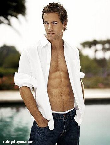 Ryan Reynolds sem camisa