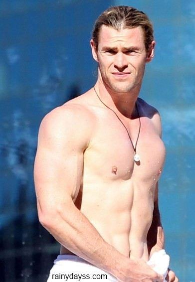 Chris Hemsworth sem camisa na piscina