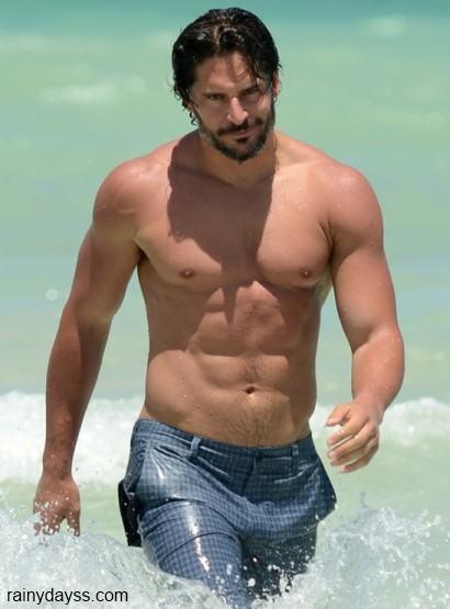 Joe Manganiello sem camisa na praia