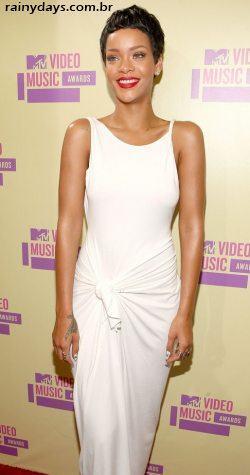 Rihanna de cabelo curto