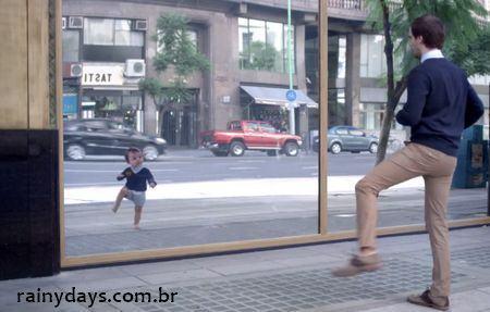 Bebês dançando e patinando em comercial