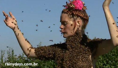 Mulher Dançando Coberta de Abelhas