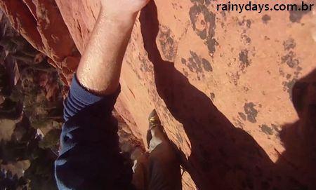 Homem Cai Escalando com a GoPro