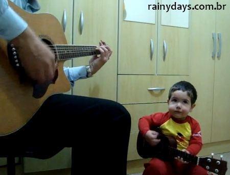 Menino de Dois Anos cantando Beatles