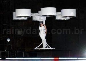 Lady Gaga de Vestido Voador no Lançamento do ARTPOP