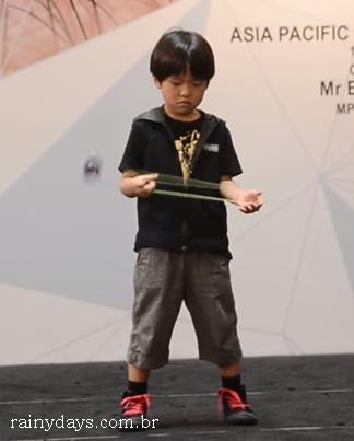 Menino de Seis Anos Fazendo Movimentos Incríveis com Ioiô