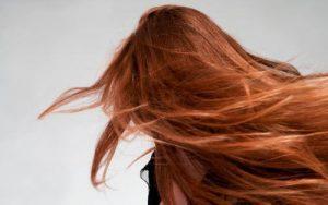 Como cuidar de cabelos oleosos na raiz