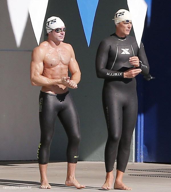Zac Efron mostra corpo sarado em aula de natação para novo papel
