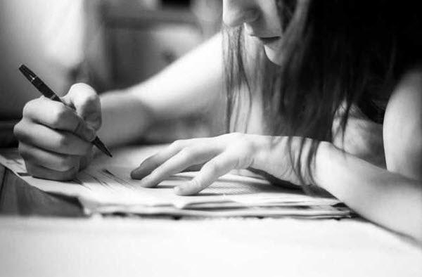 Como estudar para o ENEM sozinho pela internet, imagem da menina estudando
