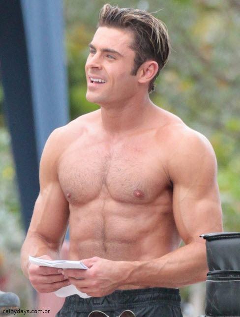 Zac Efron sem camisa nas filmagens de Baywatch 1