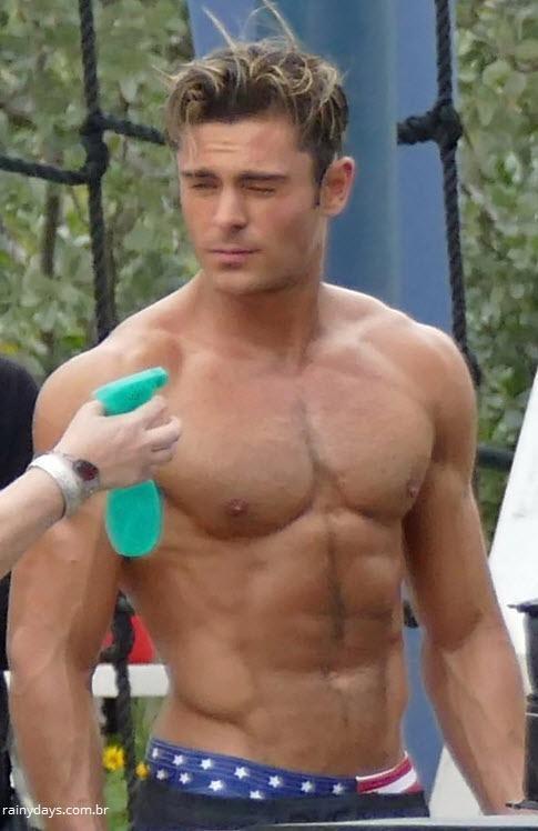 Zac Efron sem camisa nas filmagens de Baywatch