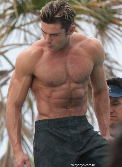 Zac Efron sem camisa nas filmagens de Baywatch 4