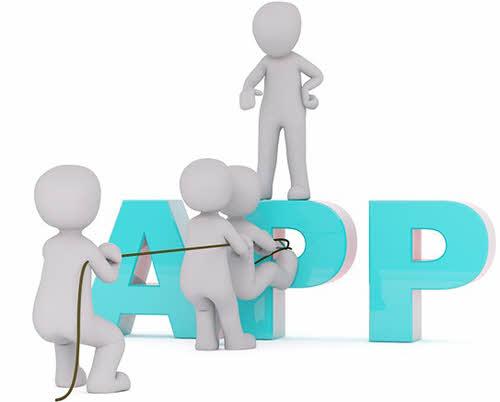 Bonecos puxando a letra P do APP, riscos de usar mods APK no WhatsApp