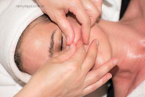 pele do rosto, gelo ou água quente para espinha