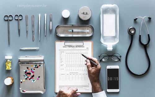 Médico com instrumentos tratamento de doença