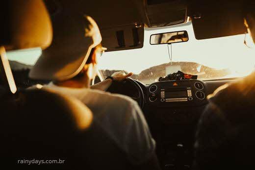Pode levar multa por usar celular carro parado no sinal?