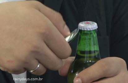 Abrir tampa de garrafa com colher