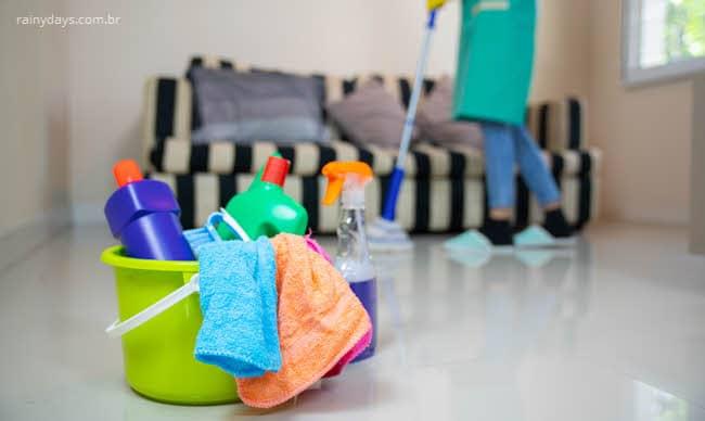 Misturar produtos de limpeza pode causar intoxicação