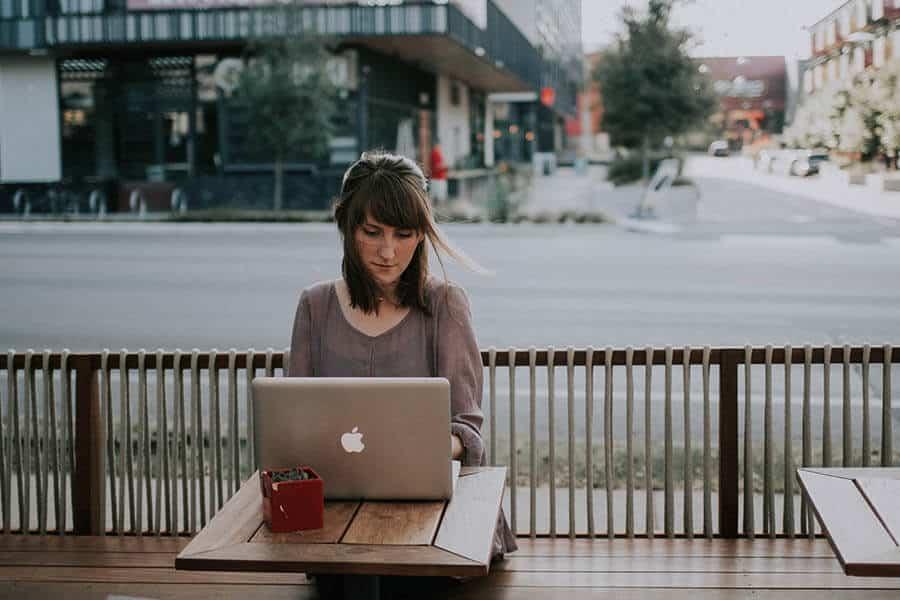 Mulher usando computador em estabelecimento